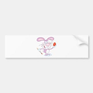 Lapin rose heureux peignant l'oeuf de pâques autocollant de voiture