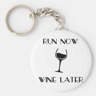 Lassen Sie jetzt Wein später laufen Schlüsselanhänger