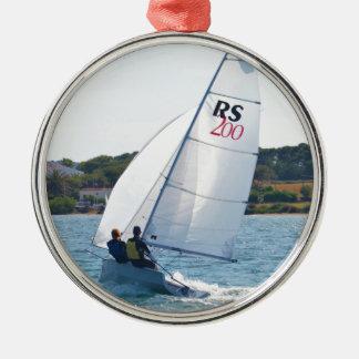 Laufen des Schlauchboots mit Geschwindigkeit Rundes Silberfarbenes Ornament