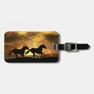 Laufende Pferde an den Gepäckanhänger