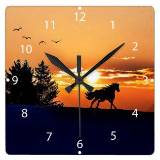 laufendes Pferd - Sonnenuntergangpferd - Pferd Quadratische Wanduhr