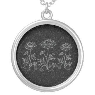 Le Faux gravé fleurit le collier
