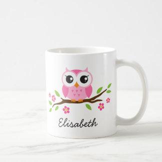 Le hibou sur la branche avec les fleurs roses a mug blanc