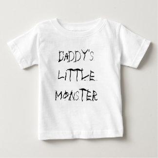 Le petit monstre du papa badine le T-shirt
