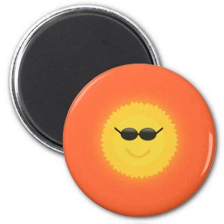 Le soleil frais avec des lunettes de soleil dans u magnet rond 8 cm