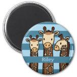 Le trio mignon de girafe de bébé, ajoutent le nom  magnets pour réfrigérateur