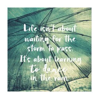 Leben, das lernt, in das Regen-Zitat zu tanzen Leinwanddruck