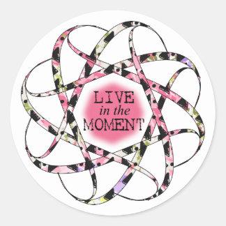 Leben Sie im Momentbunten floaty Kreisband Runder Aufkleber