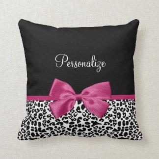 Lebhafter dunkler rosa Band-Leopard-Druck mit Zierkissen