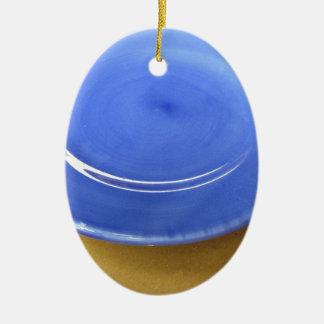 Leere Farbblaue Keramikplatte auf Strohpapier Keramik Ornament