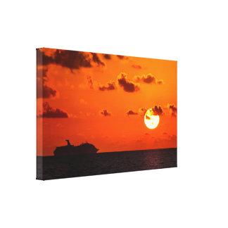 Leinwand - Kreuzfahrt-Schiff am Sonnenaufgang -