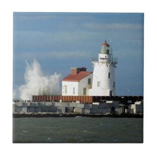 Leuchtturm mit Wellen-Keramik-Fliese Kleine Quadratische Fliese