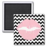 Lèvres roses sur le zigzag noir et blanc aimants pour réfrigérateur