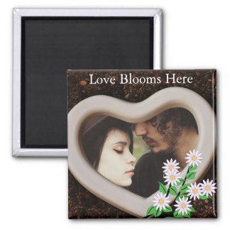 """""""Liebe-Blüte hier"""" addiert Ihr Foto Quadratischer Magnet"""