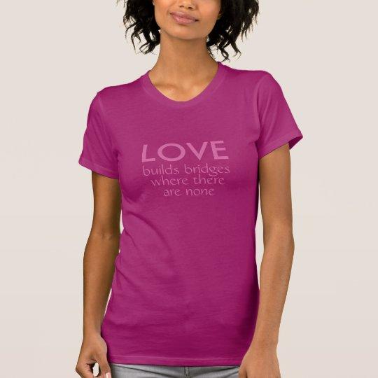 Liebe errichtet Brücken-Shirts u. -jacken T-Shirt
