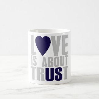 Liebe ist über Vertrauen Tasse