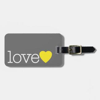 Liebe mit einem hellen Herzen und einer Gepäckanhänger