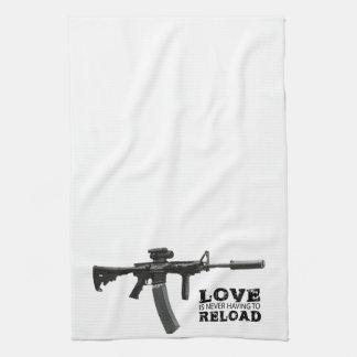 Liebe muss nie AR-15 neu laden Küchenhandtücher