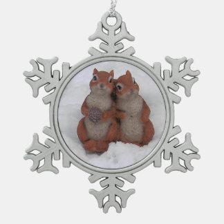 Liebendes Squrrels im Schnee-Zinn Schneeflocken Zinn-Ornament
