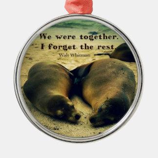 Liebepaare zitieren Seelöwen auf dem Strand Silbernes Ornament