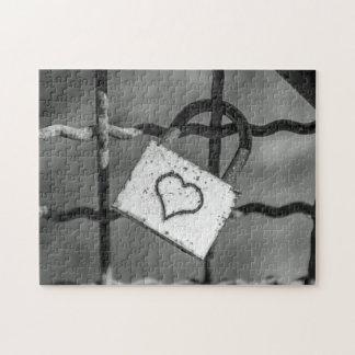 Liebeverschluß im Schwarzweiss-Fotopuzzlespiel