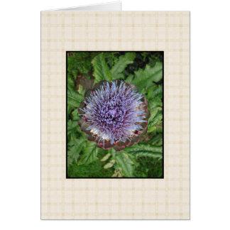 Lila Artischocken-Blume. Auf beige Kontrolle Karte