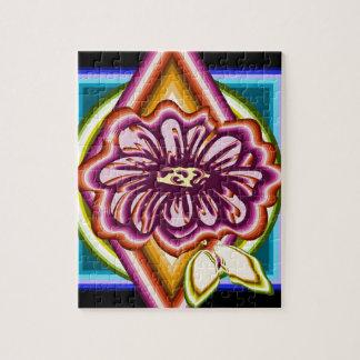 Lila Blume mit geometrischen Formen