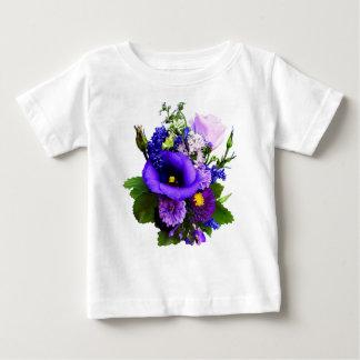 Lila Blumenstrauß mit Lilien und Delphinium Baby T-shirt