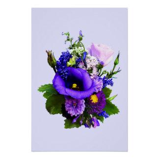Lila Blumenstrauß mit Lilien und Delphinium Poster
