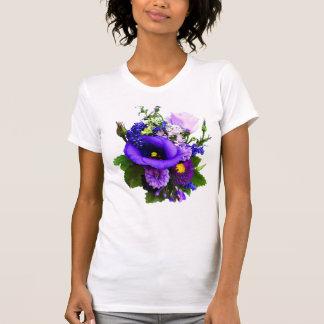 Lila Blumenstrauß mit Lilien und Delphinium T-Shirt