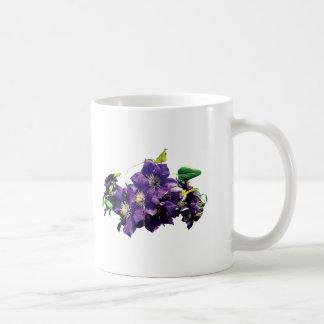 Lila Clematis mit Rebe Kaffeetasse