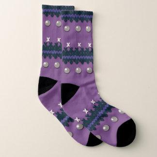 Lila Imitat strickte hässlichen Weihnachtsentwurf Socken