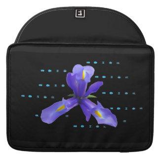 Lila Iris-Blume auf schwarzer Laptop-Hülse MacBook Pro Sleeve