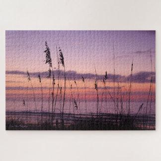 Lila Sonnenuntergang auf dem Strand