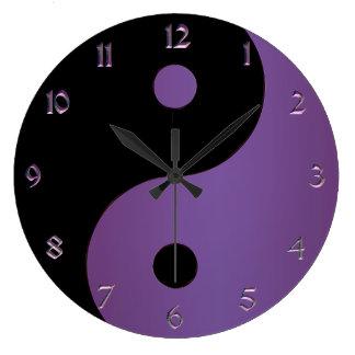 Lila und schwarze Yin Yang Uhr