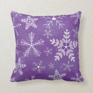 Lila und weißes Schneeflocke-Muster Kissen