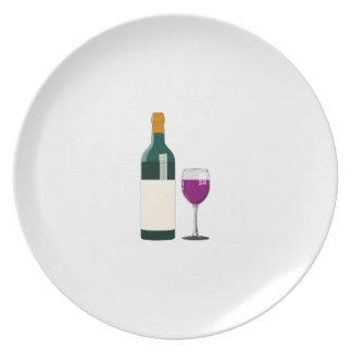 Lila Wein Glas-und Flaschen-in der einfachen Melaminteller