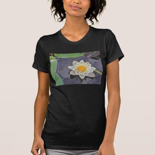 Lilie des weißen Wassers mit Lilienauflagen auf T-Shirt