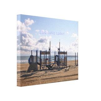 LiveLiebe-Lachen - Spielplatz-Strand-Szenen-Leinwa Gespannter Galeriedruck