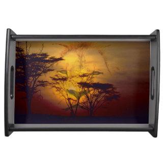 Löwe, der über afrikanischem Sonnenuntergang Tablett