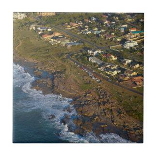 Luftaufnahme des orange Felsens, Südküste Fliese