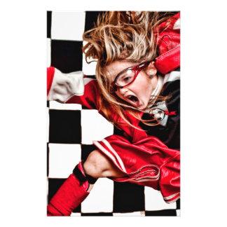L'uniforme rouge d'athlète de fille d'enfant prospectus 14 cm x 21,6 cm