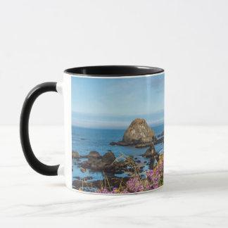 Lupine-Wildblumen bedecken die Hügel Tasse