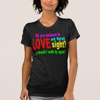 Lustig heben Sie Linie auf: Liebe am ersten T-Shirt