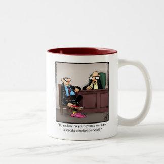 Lustige Arbeitsplatz-Aufmerksamkeit zur Zweifarbige Tasse