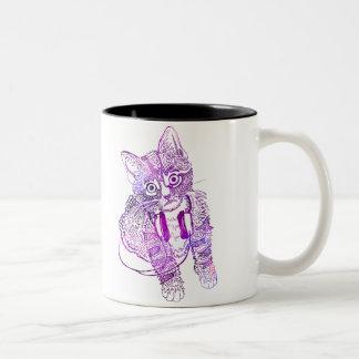 Lustige bunte Katze in der Kopfhörerillustration Zweifarbige Tasse
