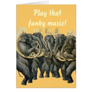 Lustige Elefanten, die Musikgeburtstag spielen Karten