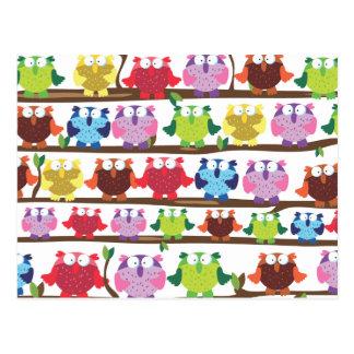 Lustige Eulen, die auf einem brach Muster sitzen Postkarten