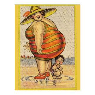 Lustige fette Dame auf Strand Postkarte