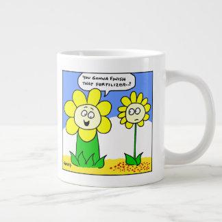 Lustige fette gelbe Blume auf Diät-Cartoon-Gärtner Jumbo-Tasse